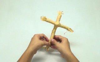 Скрепляем солому в форме креста