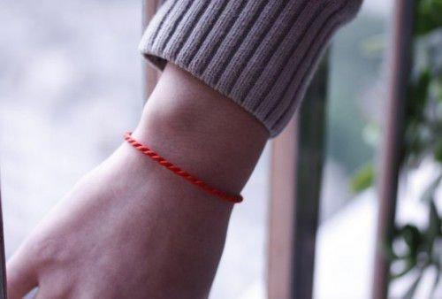 Красная нить на руку