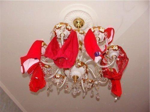 Симорон красные трусы на люстре: привлечение денег, любви
