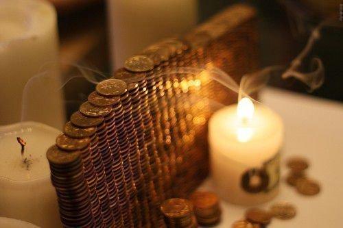 Стена из монет