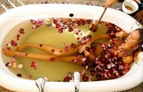Теплая ванна с лепестками цветов