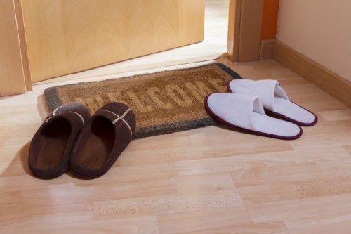 Надо взять ботинок мужа, постучать о порог обувью