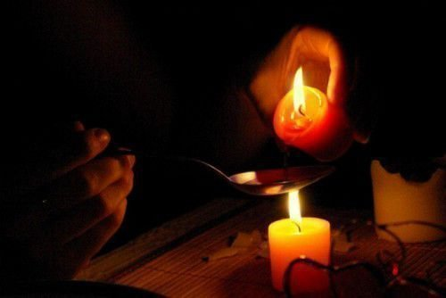 Воск капает из свечи
