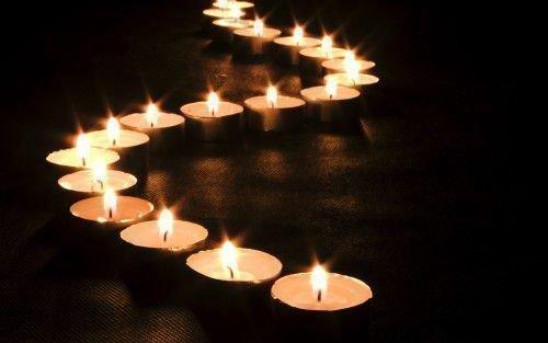 горят маленькие свечи