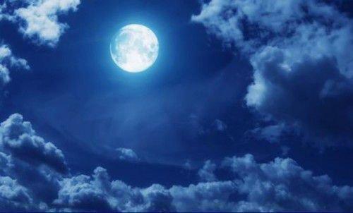 Синее небо и полная луна