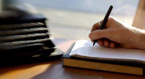 Пишет на бумаге