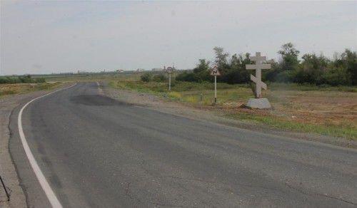 Поклонный крест на дороге напомнит водителю о молитве