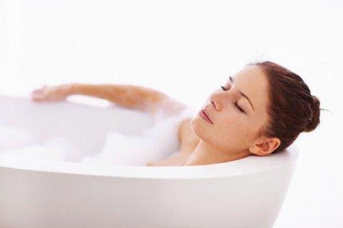 Теплая ванная как способ снятия порчи на Луну