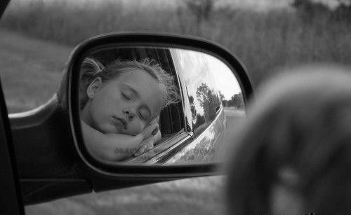 Отражение девочки в зеркале