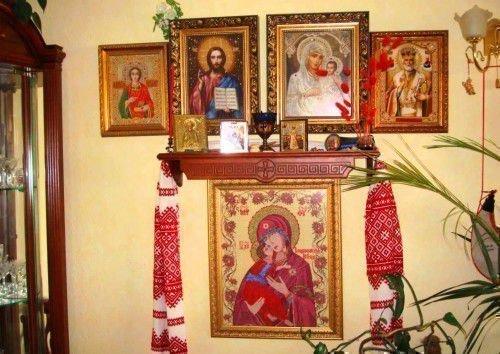 Иконы на стене