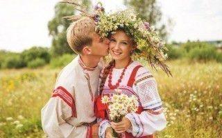 Парень и девушка в народных костюмах