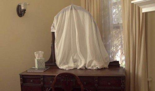 Если в доме покойник, закрываются все зеркала материей на период в сорок дней