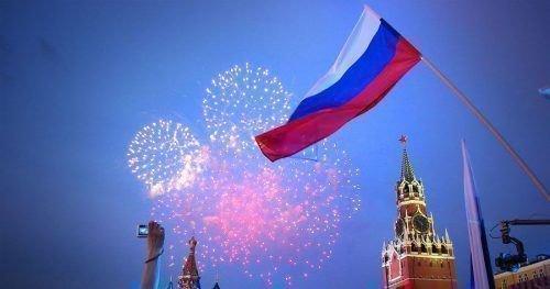 Салют и Российский флаг