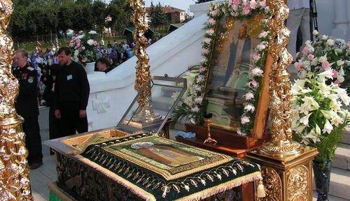 Поклонение мощам Серафима Саровского