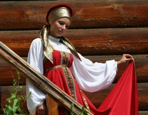 Девушка в славянском костюме