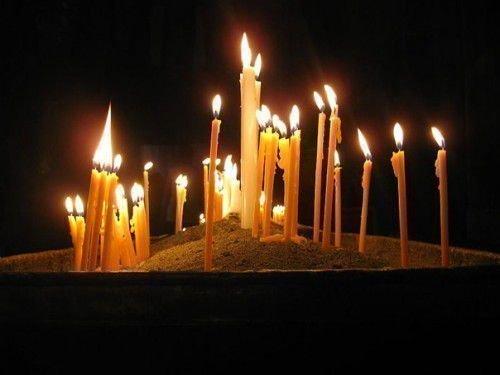 Чтобы снять порчу, нужно также приготовить две восковые церковные свечки и замок.