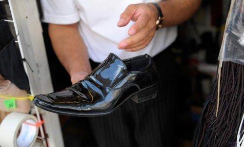 Необходимо взять в руки ботинки или тапочки мужа и постучать подошвой друг о друга 9 раз