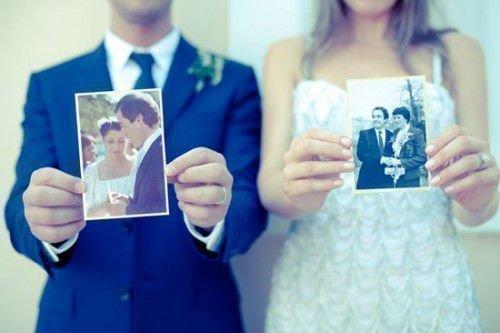 Пара держит в руках фото
