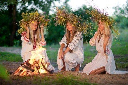 девушки с венками на голове