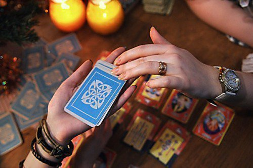 руки держат карты