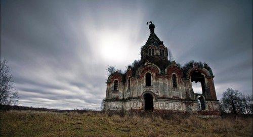 В черной магии есть немало страшных и опасных обрядов, однако самый мощный из них – это порча на смерть в церкви.