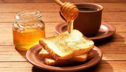 Утром необходимо смазать хлеб медом.