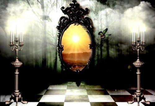 Эзотерические учения утверждают, что зеркало имеет двойственную природу: половина его ауры принадлежит нашему миру, а вторая уходит прямо в потусторонний
