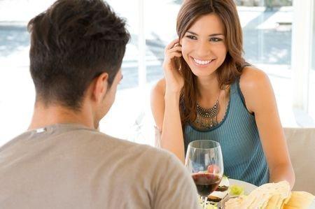 Муж угощает жену