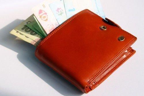 Экстрасенсы рекомендуют покупать кошелек красного цвета, так как он привлекает деньги.