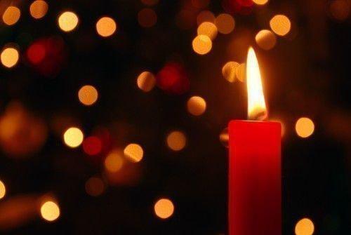 Горящая красная свеча для обряда