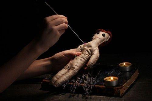 Куклу вуду протыкают иглой
