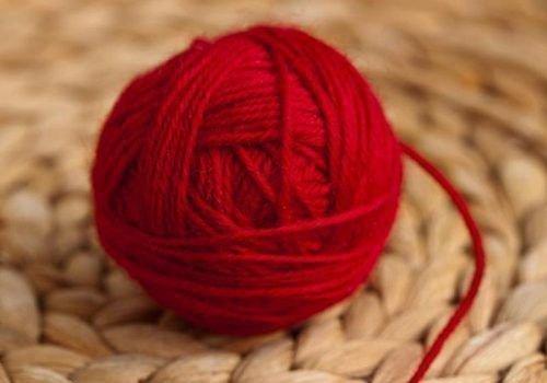 Красные нитки для ритуала от долгов